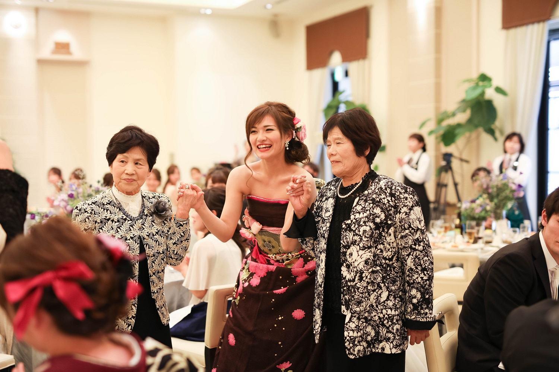 高松市の結婚式場アイルバレクラブの新婦と親族の退場シーン