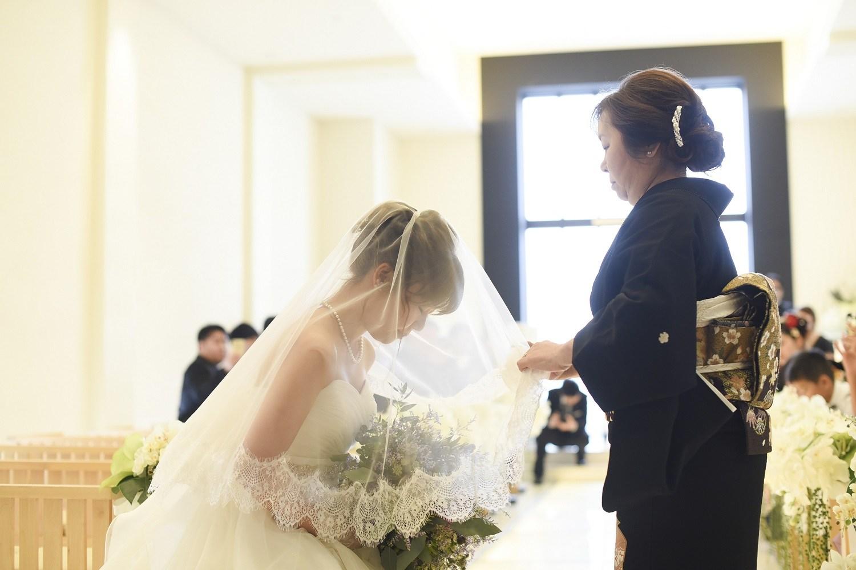 高松市の結婚式場アイルバレクラブのチャペルで感動のベールダウン