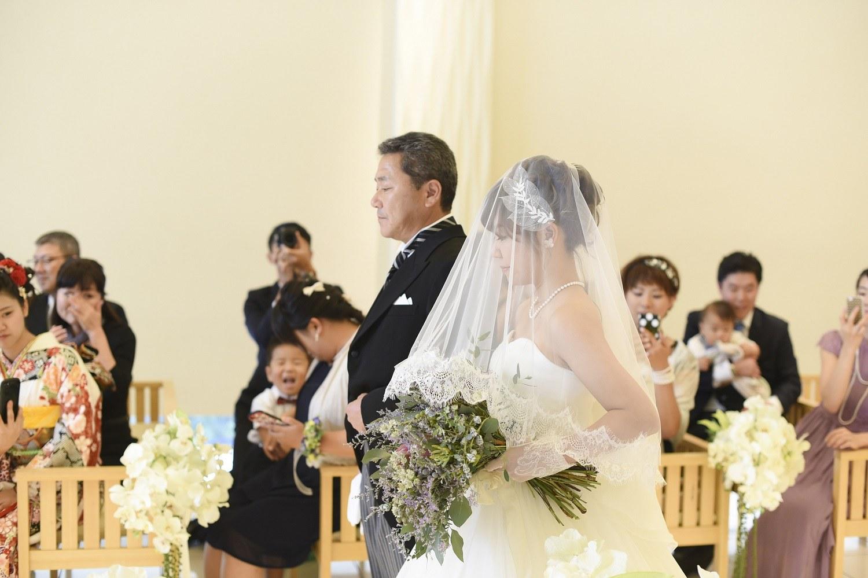 高松市の結婚式場アイルバレクラブの新婦父と新婦の入場シーン