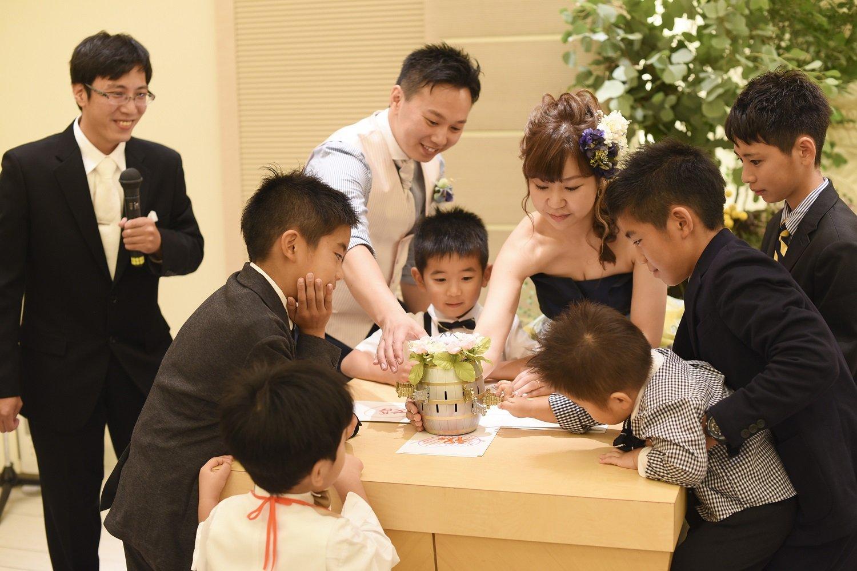 高松市の結婚式場アイルバレクラブで新郎新婦と黒ひげゲーム