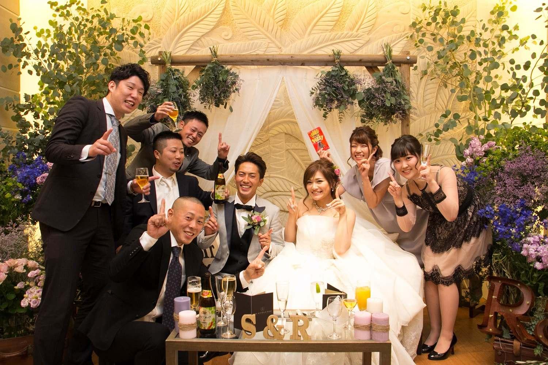 高松市の結婚式場アイルバレクラブの高砂で新郎新婦とゲストで記念写真