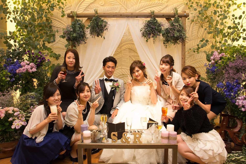 高松市の結婚式場アイルバレクラブの新婦ゲストと新郎新婦に記念写真