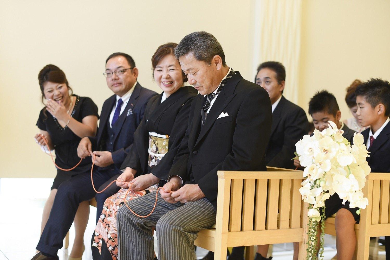 高松市の結婚式場アイルバレクラブの人前式でリングリレーをするご両親