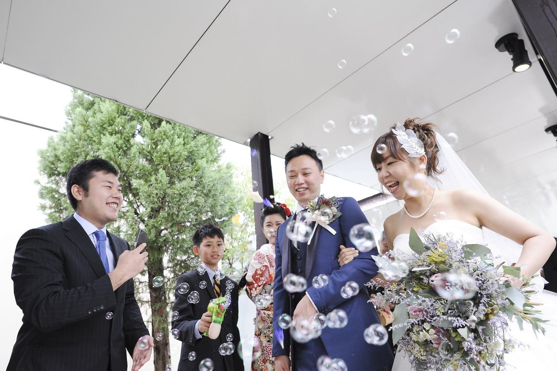 高松市の結婚式場アイルバレクラブの挙式後のバブルシャワー