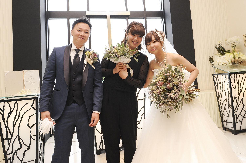 高松市の結婚式場アイルバレクラブでブーケをキャッチしたご友人ゲストとのショット