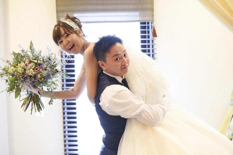 高松市の結婚式場アイルバレクラブの新郎が新婦を抱っこ
