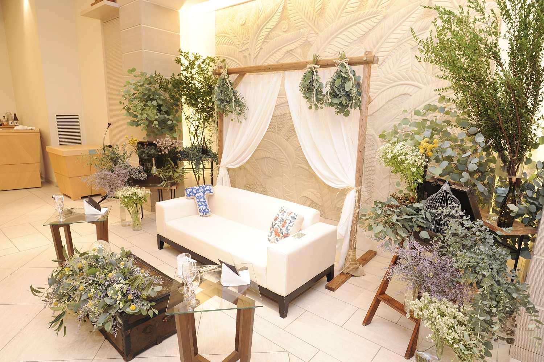 高松市の結婚式場アイルバレクラブのナチュラルなソファ席の装飾