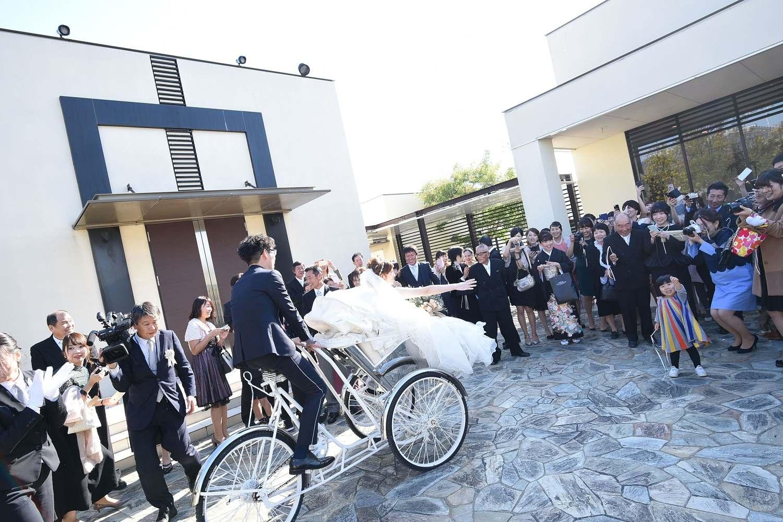 高松市の結婚式場アイルバレクラブの自転車での入場シーン