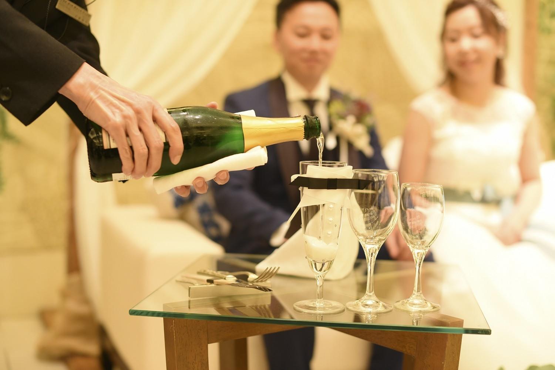 高松市の結婚式場アイルバレクラブで新郎新婦のグラスにシャンパーン