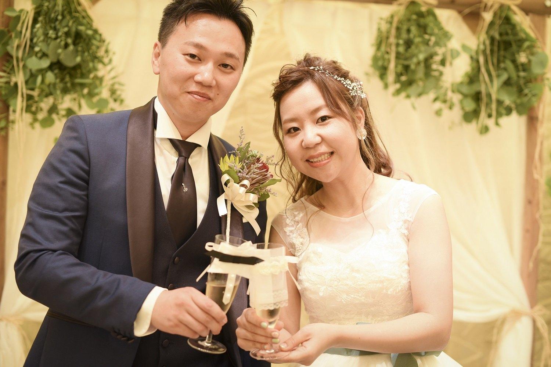 高松市の結婚式場アイルバレクラブの新郎新婦の乾杯シーン