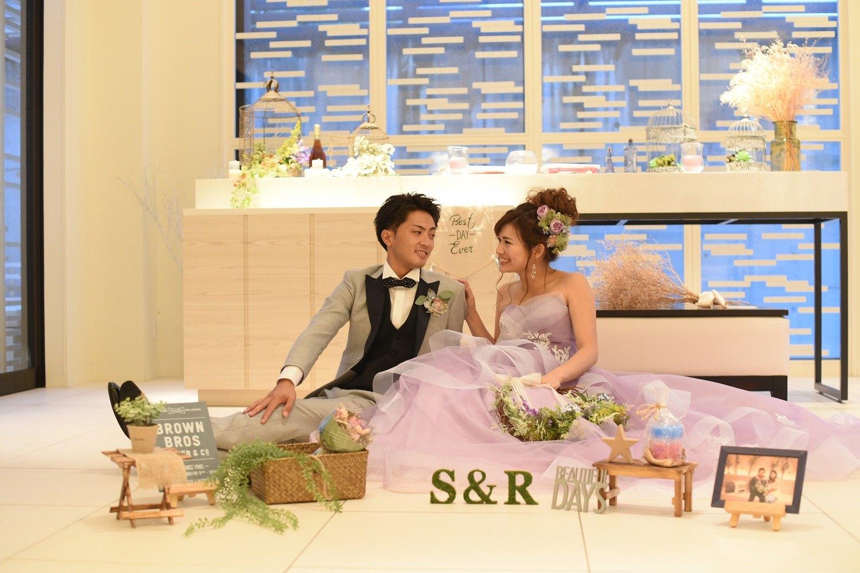 高松市の結婚式場アイルバレクラブのウエルカムスペースで記念写真
