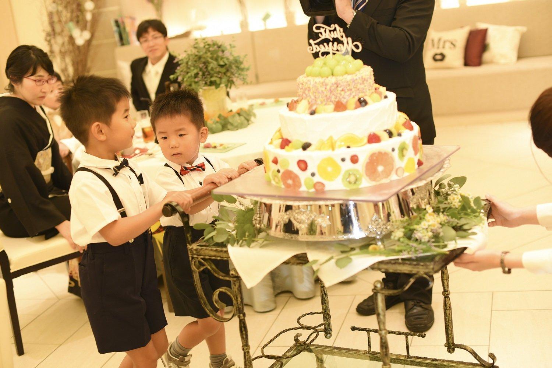 高松市の結婚式場アイルバレクラブでウエディングケーキを運ぶお子様ゲスト