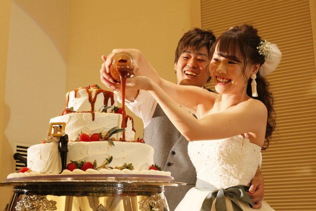 高松市の結婚式場アイルバレクラブの新郎新婦とウエディングケーキ