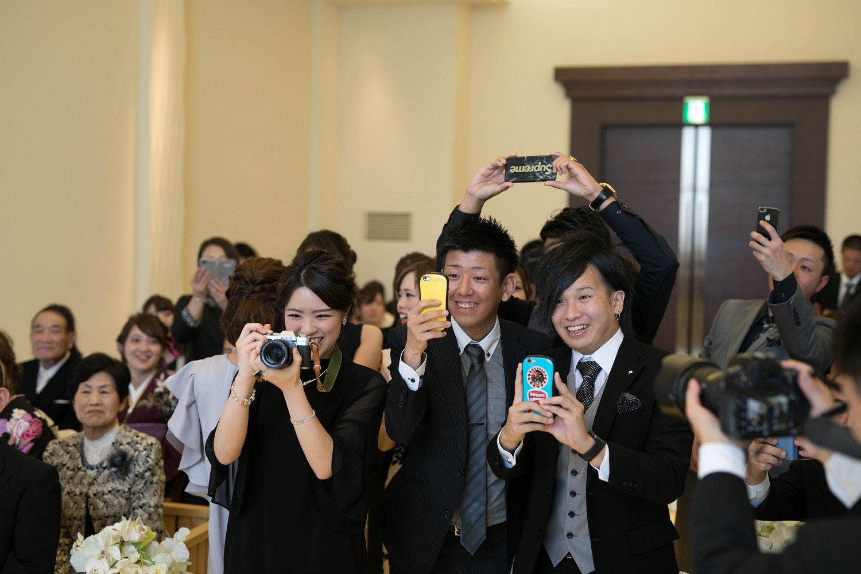 高松市の結婚式場アイルバレクラブの人前式中にゲストとの記念写真