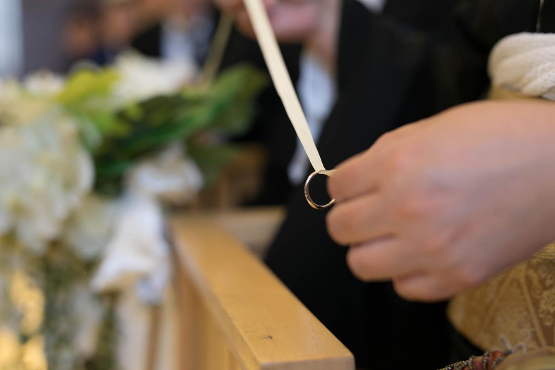 高松市の結婚式場アイルバレクラブのリングを紐で通す演出