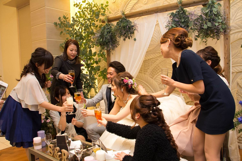 高松市の結婚式場アイルバレクラブの高砂で新婦のゲストと乾杯