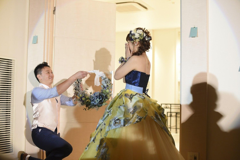 高松市の結婚式場アイルバレクラブの新郎から新婦にリースブーケをプレゼント