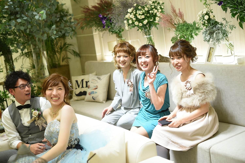 高松市の結婚式場アイルバレクラブで新郎新婦とゲストの距離が近いソファ席