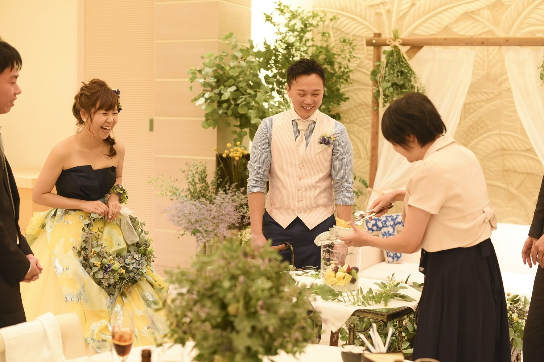 高松市の結婚式場アイルバレクラブで果実酒を使ったゲスト参加型の演出