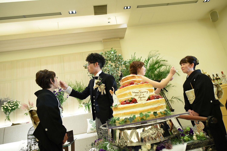 高松市の結婚式場アイルバレクラブで両家の母親にケーキ