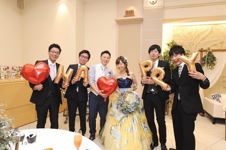 高松市の結婚式場アイルバレクラブの新郎新婦とゲストの記念写真