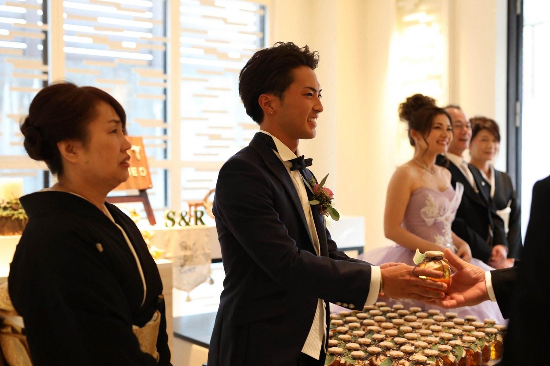 高松市の結婚式場アイルバレクラブで新郎からゲストをお見送り