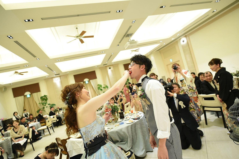 高松市の結婚式場アイルバレクラブの新婦から新郎にミニトマトを