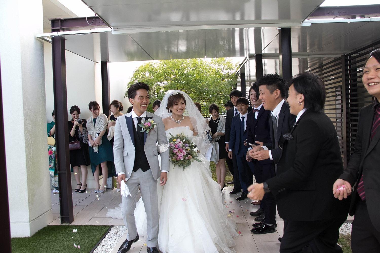 高松市の結婚式場アイルバレクラブのアフターセレモニーでフラワーシャワー