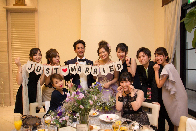 高松市の結婚式場アイルバレクラブのゲストとのテーブルフォト