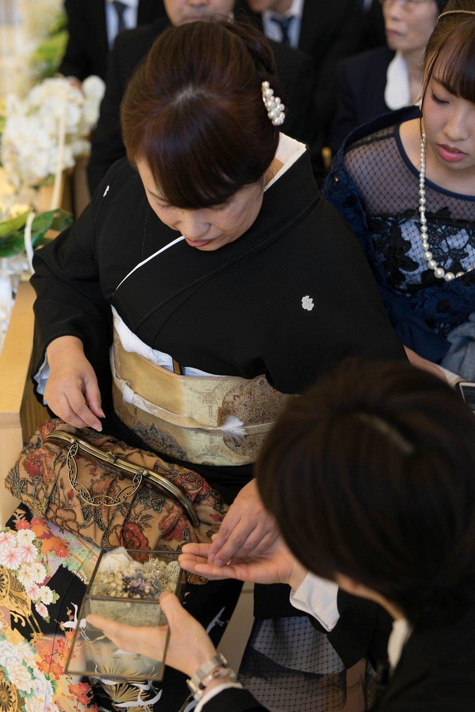 高松市の結婚式場アイルバレクラブの挙式でリングリレーをする母親