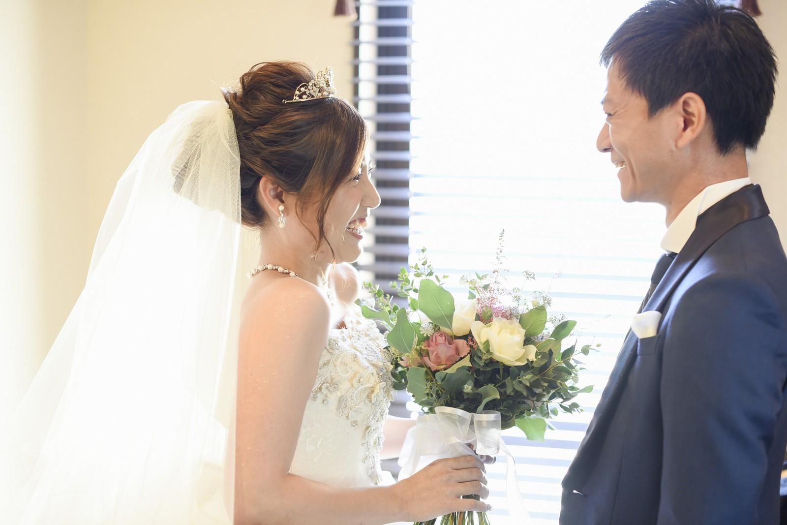 高松市の結婚式場アイルバレクラブの控室での新郎新婦