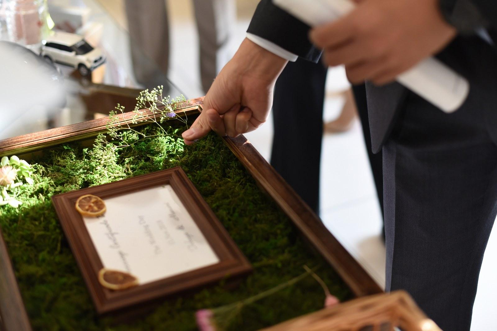 高松市の結婚式場アイルバレクラブでフラワーボックスにお花を飾るゲスト