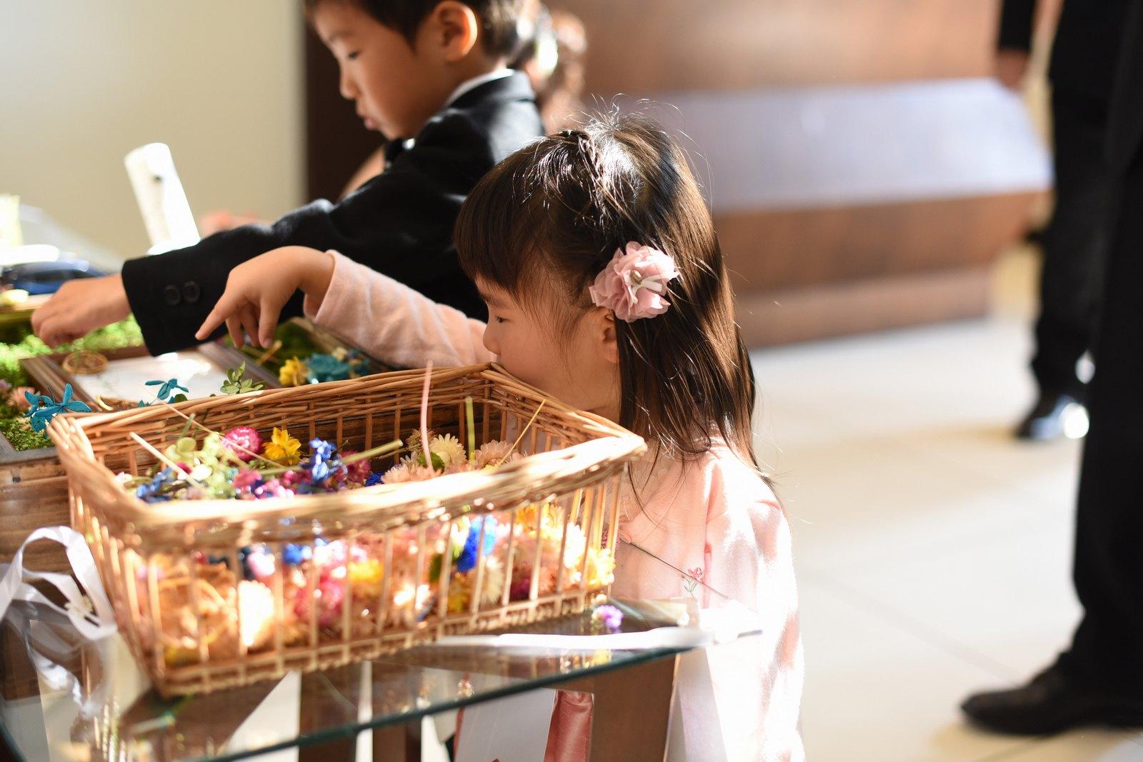 高松市の結婚式場アイルバレクラブでフラワーボックスにお花を飾るお子様ゲスト
