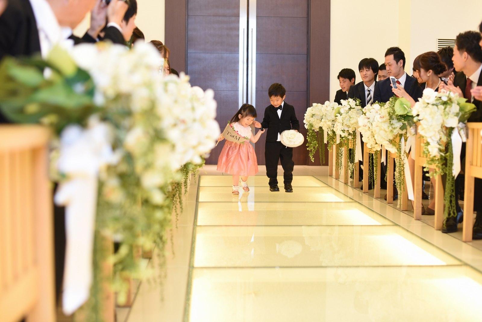 高松市の結婚式場アイルバレクラブでリングボーイとリングガールが指輪を届ける