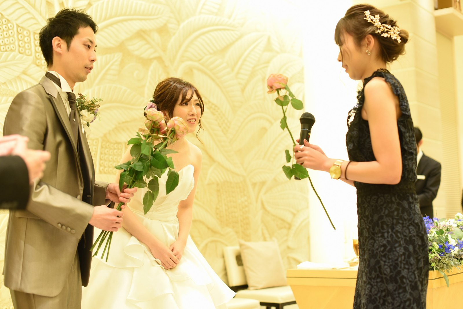 高松市の結婚式場アイルバレクラブでゲストから花を受け取り花束を作る演出