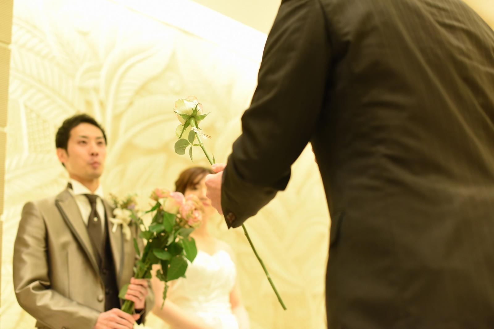 高松市の結婚式場アイルバレクラブでゲストも参加してダーズンローズのセレモニー