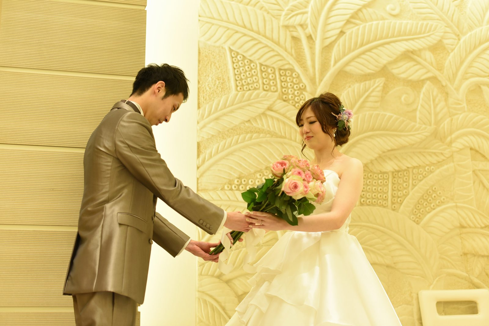 高松市の結婚式場アイルバレクラブで花束を新婦に捧げる新郎