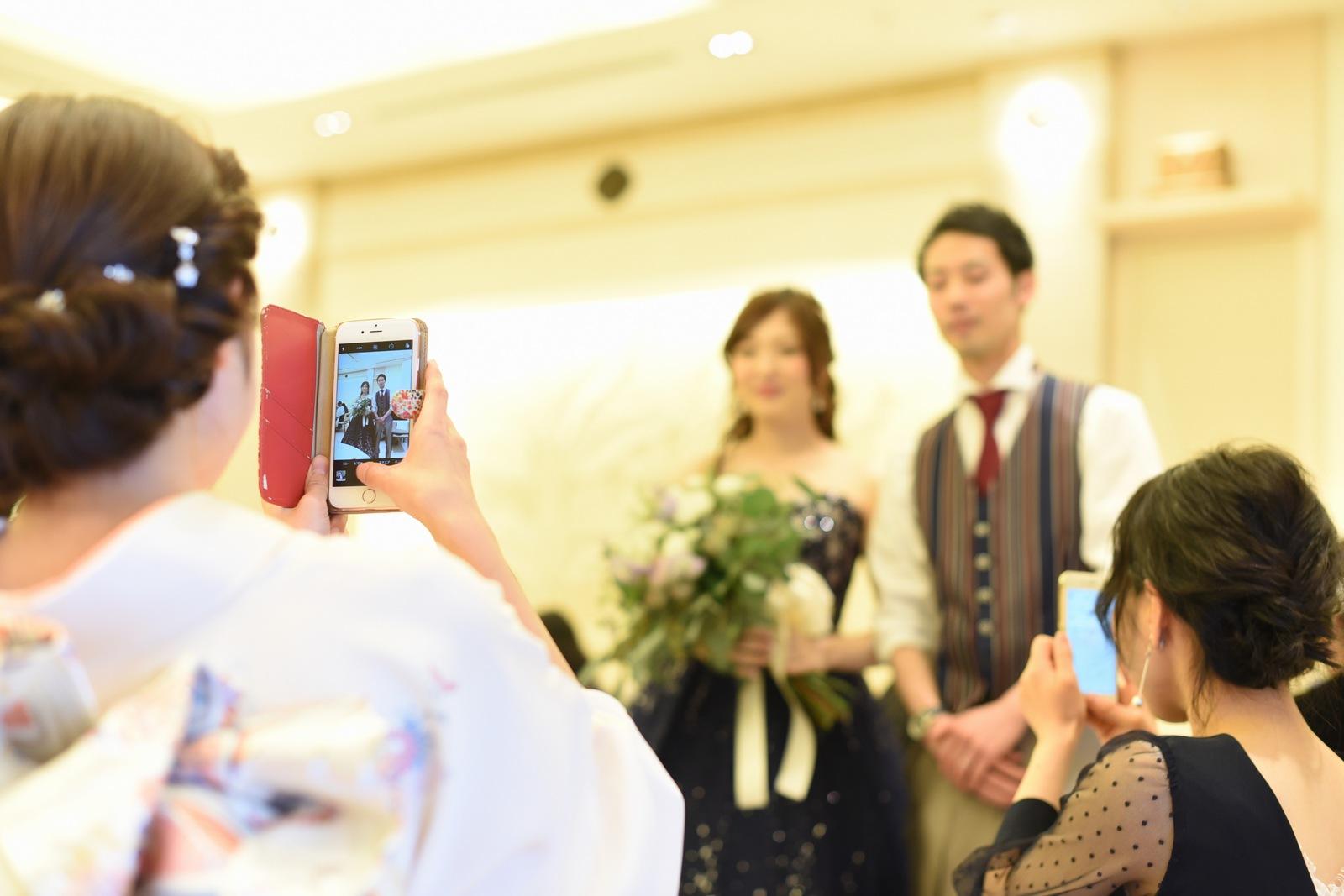 高松市の結婚式場アイルバレクラブで新郎新婦を撮るゲスト