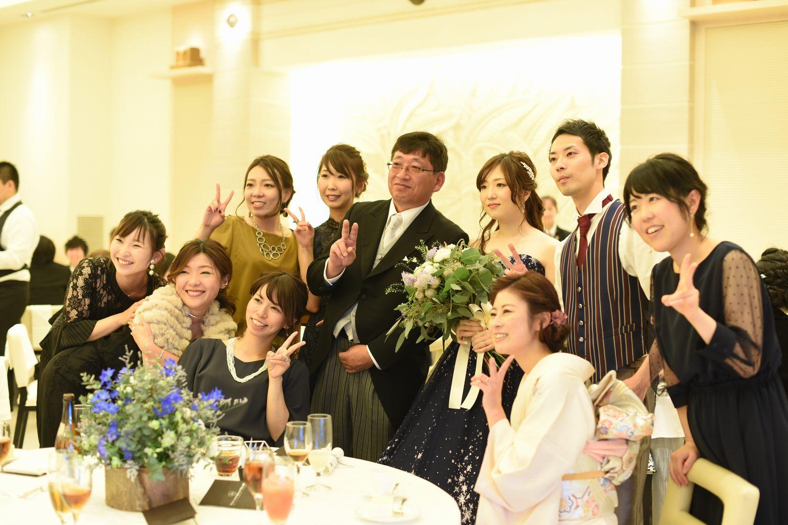 高松市の結婚式場アイルバレクラブでゲストと記念撮影