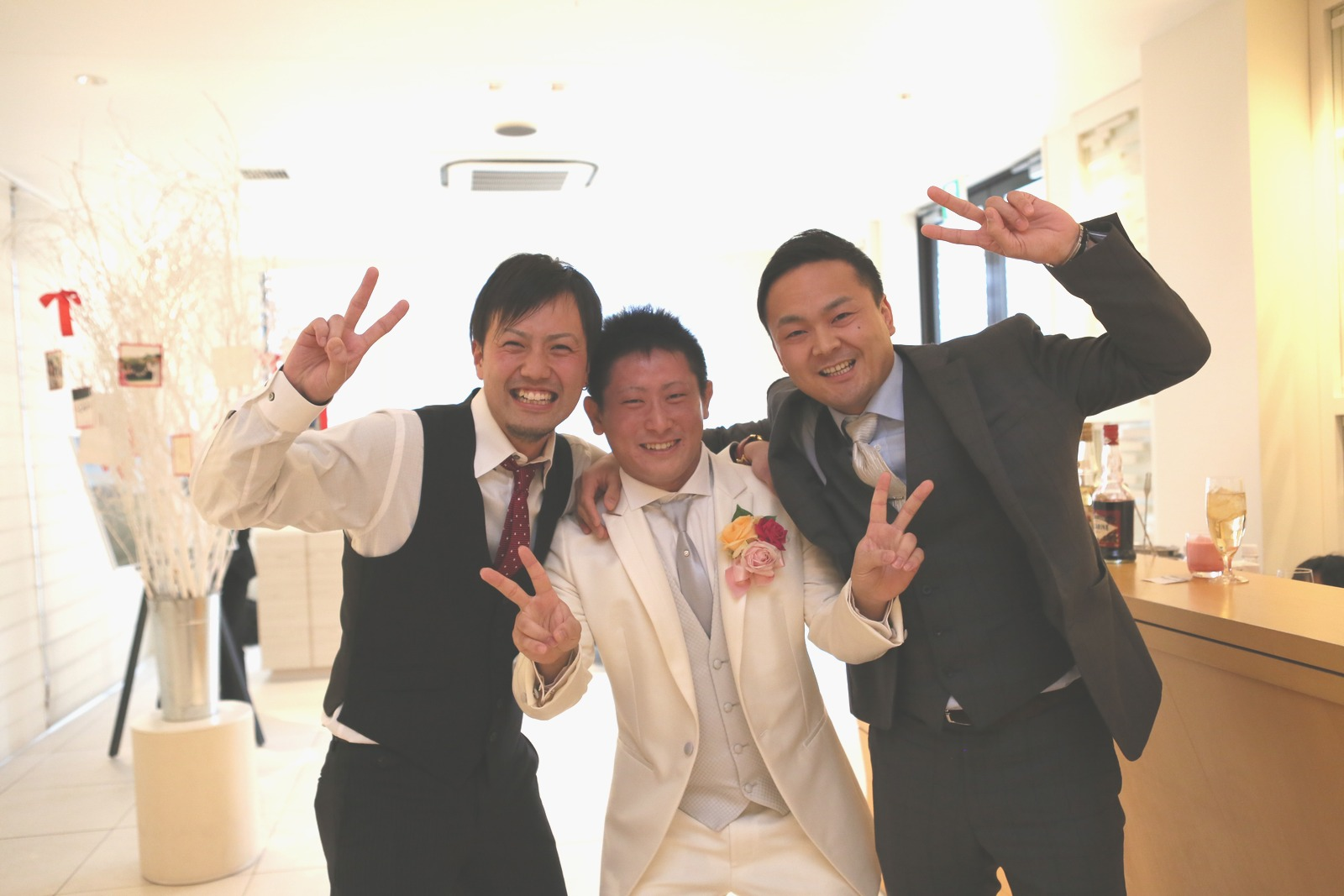 高松市の結婚式場アイルバレクラブで中学時代の友人と新郎のショット