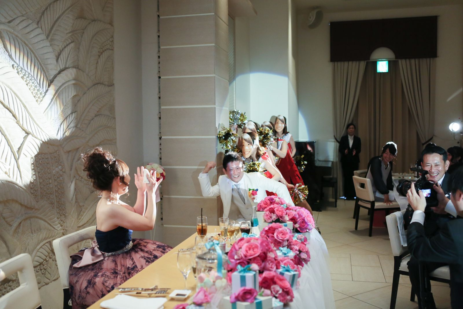 高松市の結婚式場アイルバレクラブで新婦友人と新郎がサプライズ余興