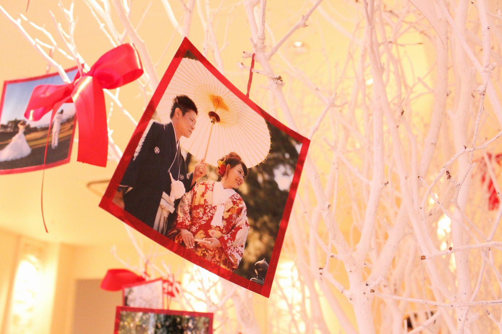 高松市の結婚式場アイルバレクラブのウエディングツリーに二人の写真を