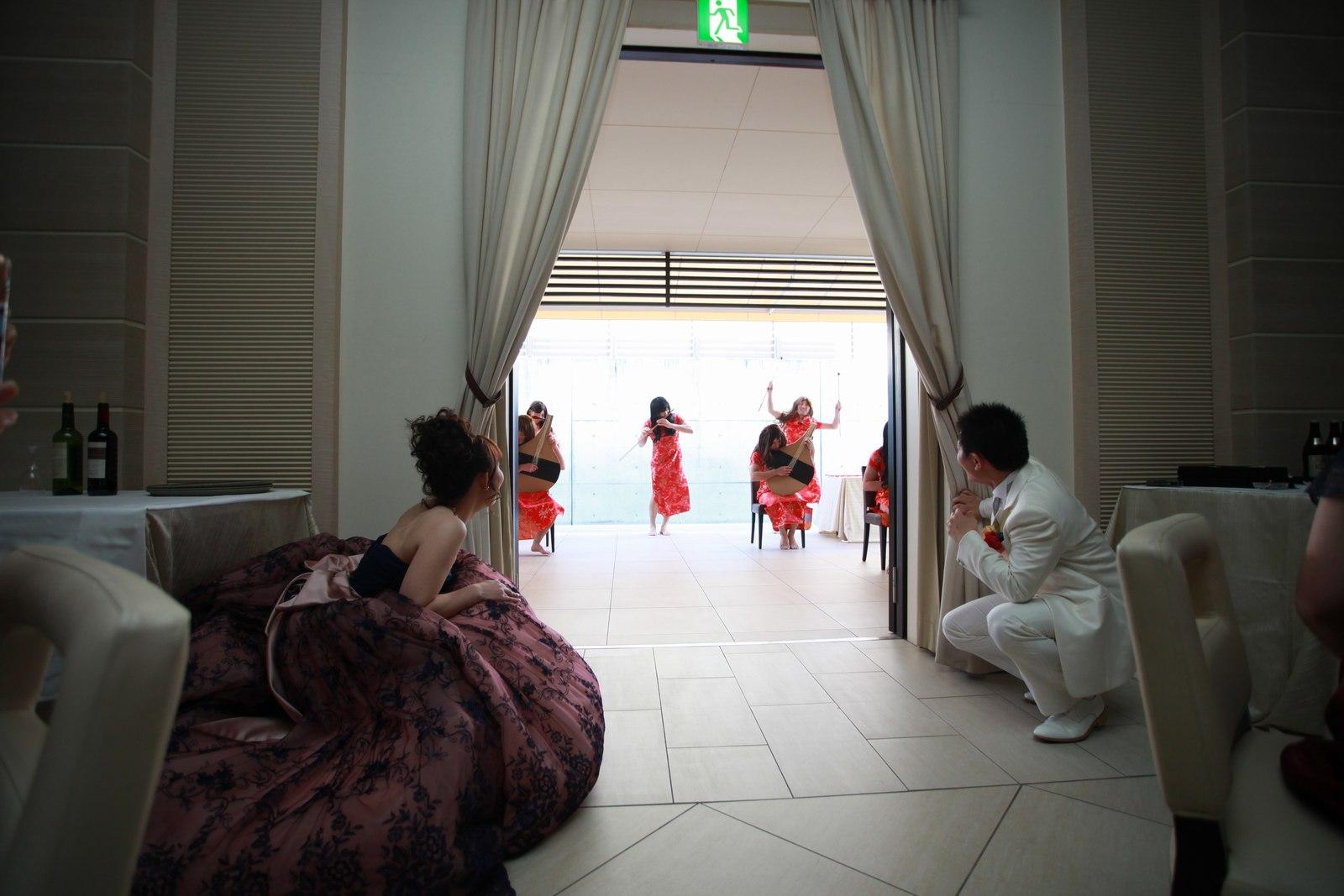 高松市の結婚式場アイルバレクラブでチャイナドレスを着てエア演奏の余興