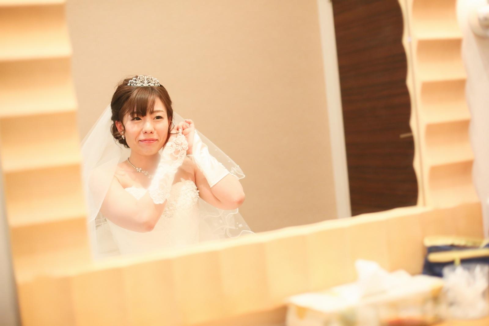 高松市の結婚式場アイルバレクラブの控室で支度をする新婦