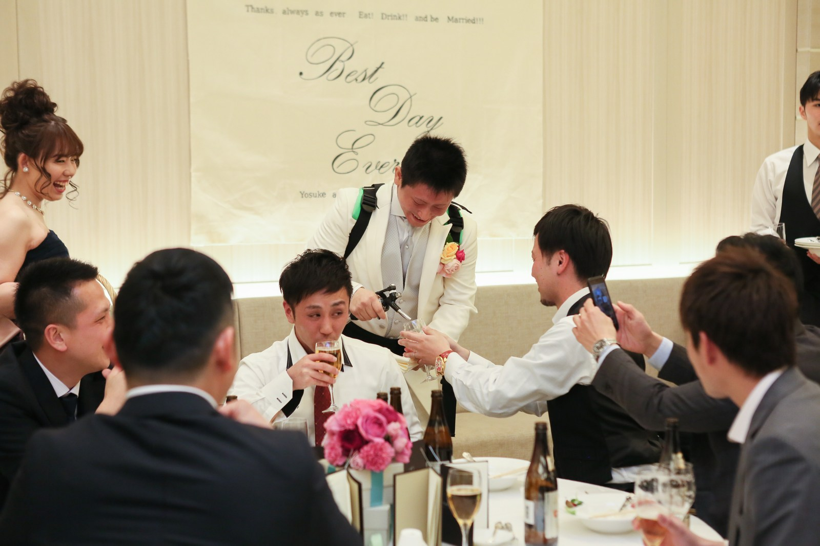 高松市の結婚式場アイルバレクラブで新郎がビールサーブ