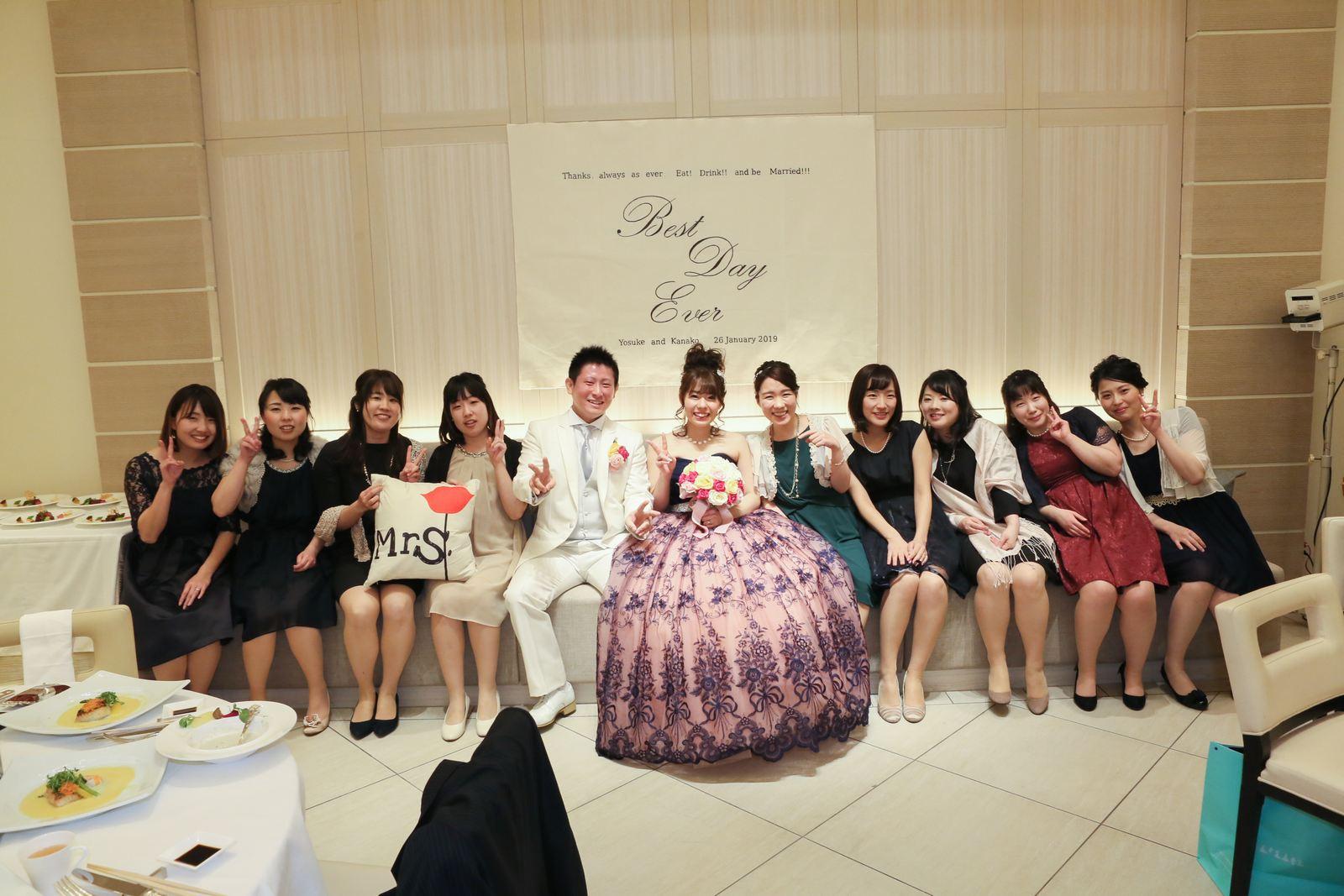 高松市の結婚式場アイルバレクラブの披露宴会場のソファーで新婦友人たちと記念撮影