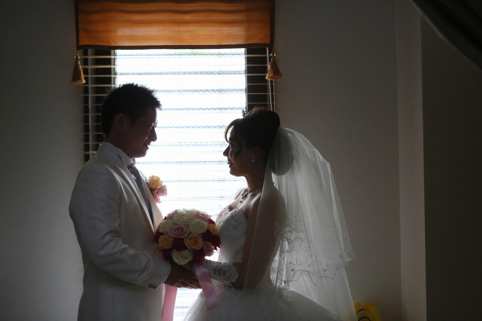 高松市の結婚式場アイルバレクラブの控室での光が差し込む素敵なショット