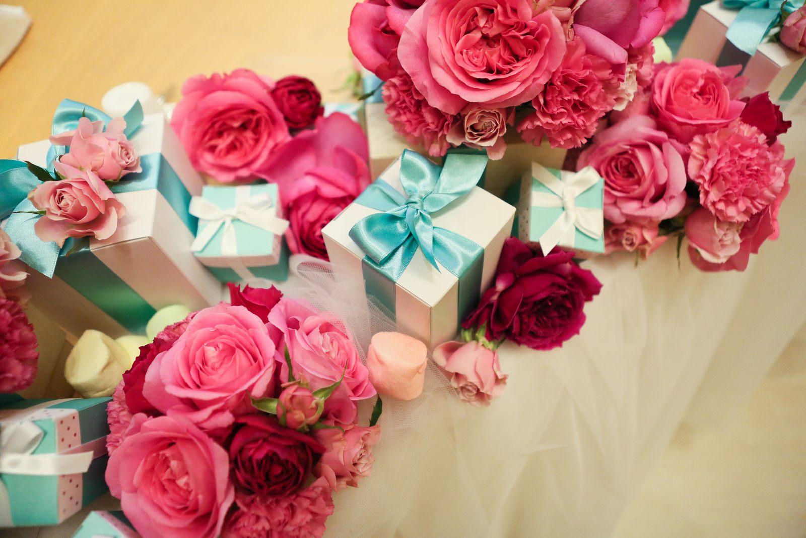 高松市の結婚式場アイルバレクラブのピンクとティファニーブルーのテーブル装花