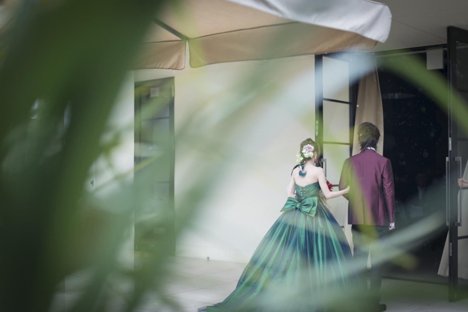 高松市の結婚式場アイルバレクラブでお色直しを終えてガーデンから再入場するシーン