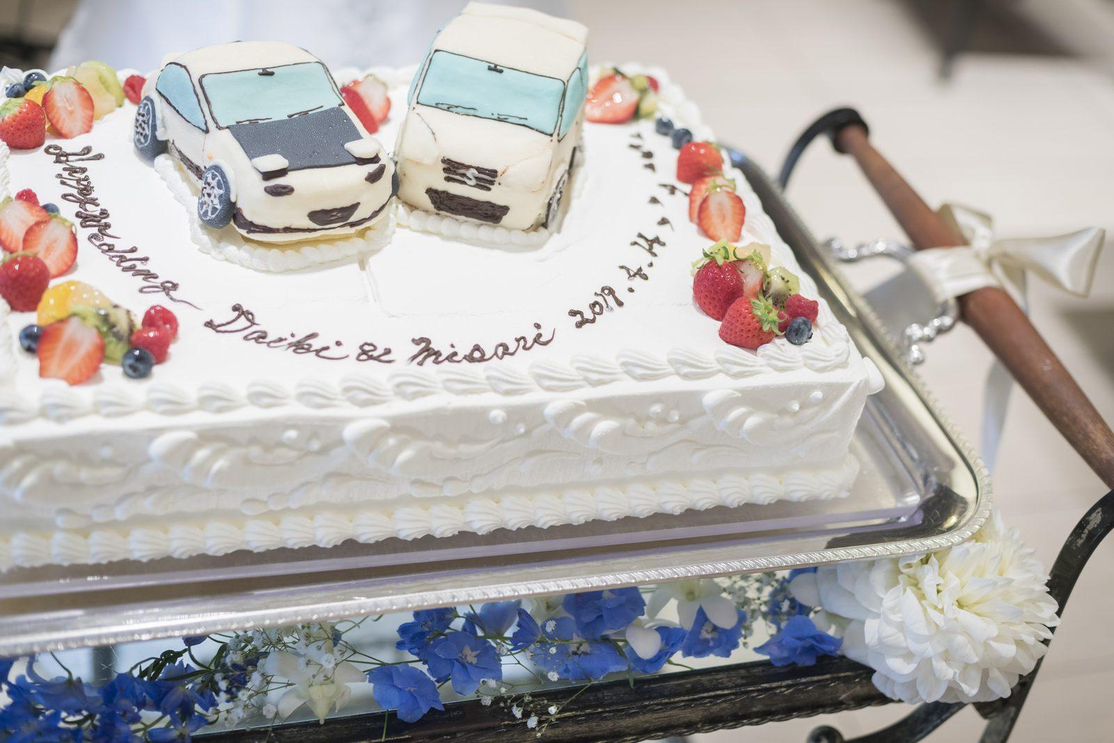 高松市の結婚式場アイルバレクラブのお二人の愛車モチーフのオブジェが乗ったウエディングケーキ